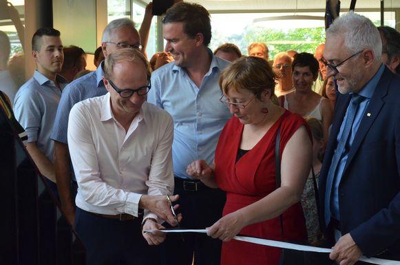 Ben Weyts knipt het lint, schepen Heyse en burgemeester De Clercq kijken toe.