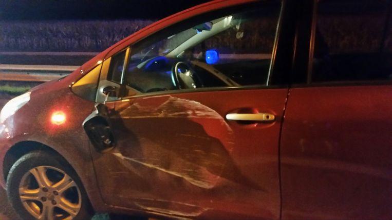 De Toyota Yaris raakte flink beschadigd bij de aanrijding.