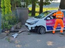 Flinke schade bij ongeval Cuneraweg in Rhenen: auto komt tot stilstand tegen tuinhek