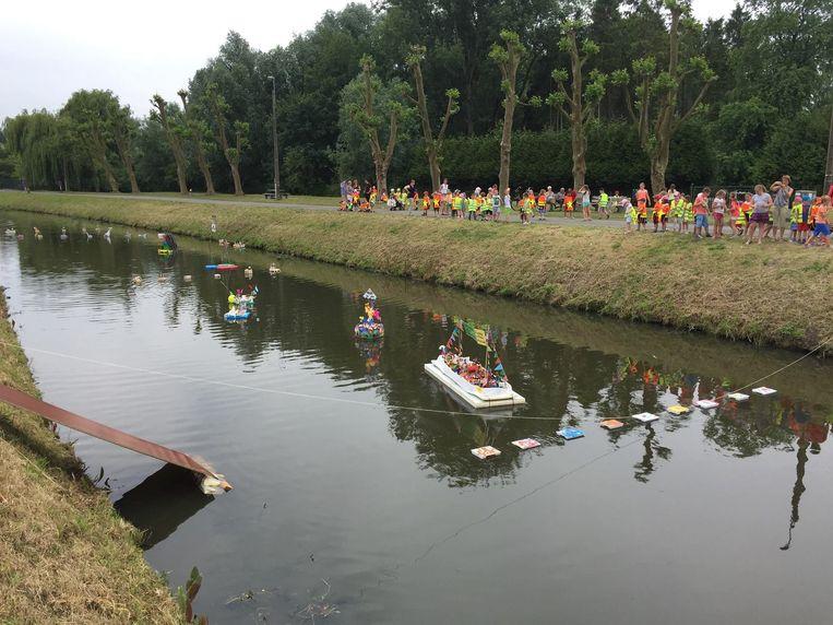 De kunstwerkjes van de leerlingen van basisschool Toermalijn dobberen op het water.