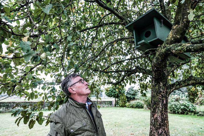 Voorzitter en vogelringer Jan Beerntsen van Nestkasten Werkgroep Liemers controleert en onderhoudt de nieuwe nestkasten voor uilen.