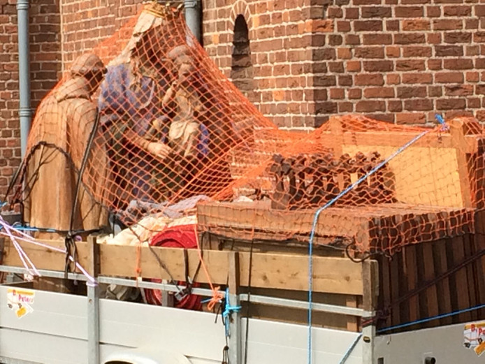 Opnieuw zijn er deze week beelden afgevoerd uit de kerk van Deest.