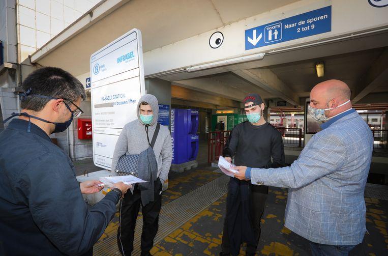 De mondmaskers werden uitgedeeld aan het station van Hasselt.