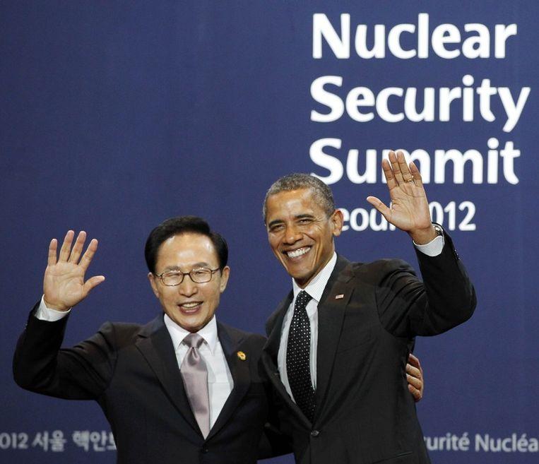 Obama poseert op de kerntop met de Zuid-Koreaanse president. Beeld reuters