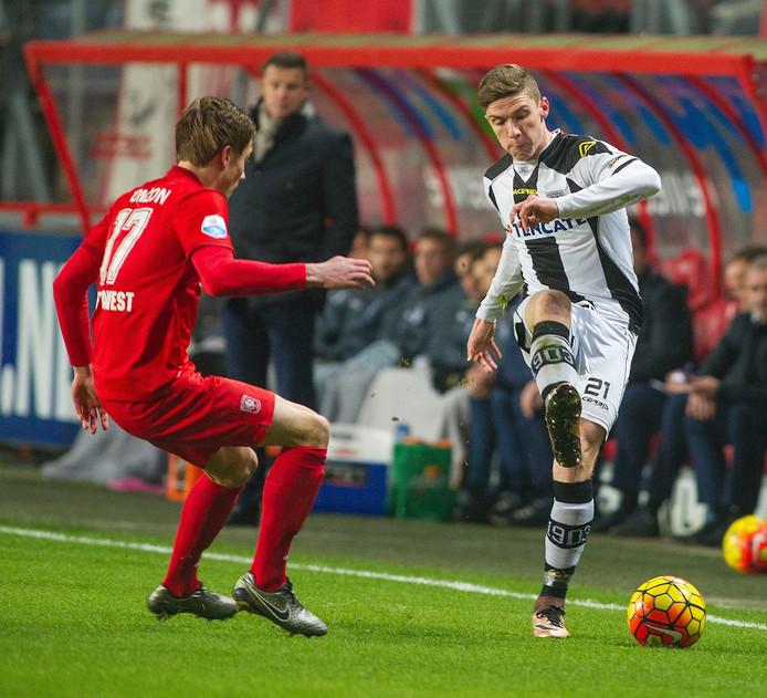 Heraclied Robin Gosens speelt de bal langs Hidde ter Avest van FC Twente. Foto: Lars Smook