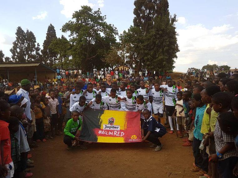 Ronny Van Geneugden, ex- voetballer van Racing Genk en nu trainer van de nationale voetbalploeg van Malawi (Afrika), zamelt sportkleding in voor de kinderen in één van de armste landen van Afrika.