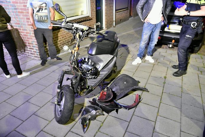Van de scooter bleef niet veel over.
