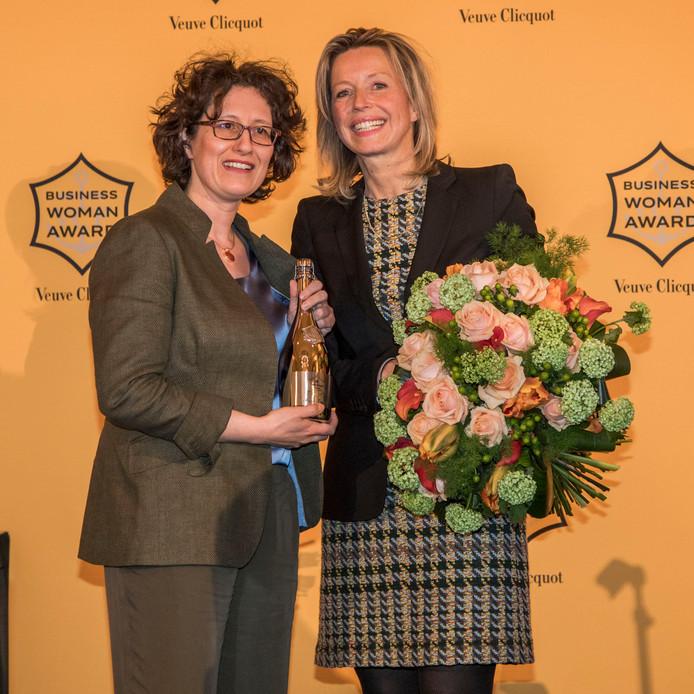 Aukje Kuypers krijgt de  Prix Veuve Clicquot uit handen van vice-premier  Kajsa Ollongren.