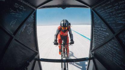 Deze vrouw fietste met 295 km/u achter een racewagen