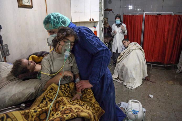 Syrische kinderen met ademhalingsproblemen worden behandeld in een ziekenhuis in Oost-Ghouta . Foto Ammar Suleiman
