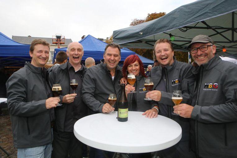 De bezoekers genieten van een biertje.