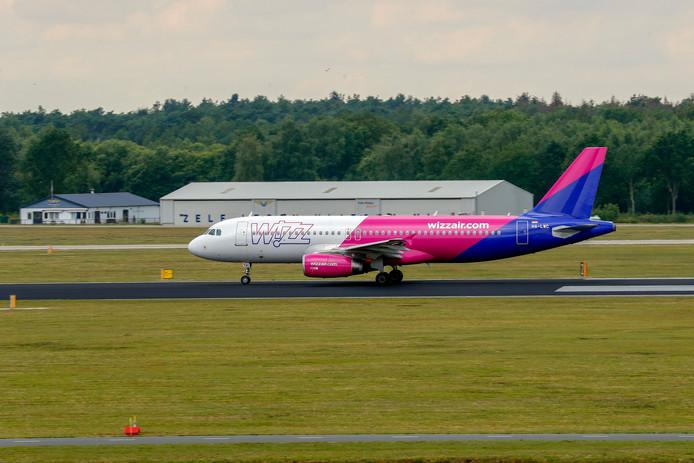 Archieffoto van een vliegtuig van WizzAir op Eindhoven Airport.