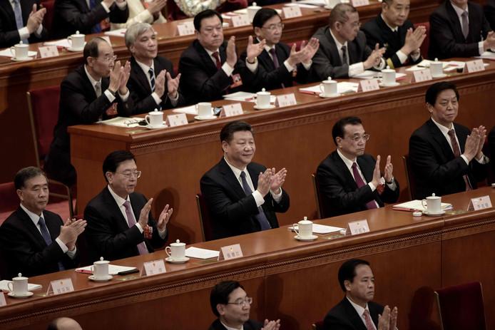 De Chinese president Xi Jinping (C) kan levenslang president blijven. Hij oogt tevreden met het resultaat van de stemming bij het Volkscongres in Peking. Foto Fred Dufour