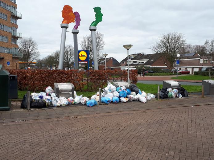 Regelmatig liggen er veel zakken met plastic naast de bakken, zoals hier in de Goese Polder.