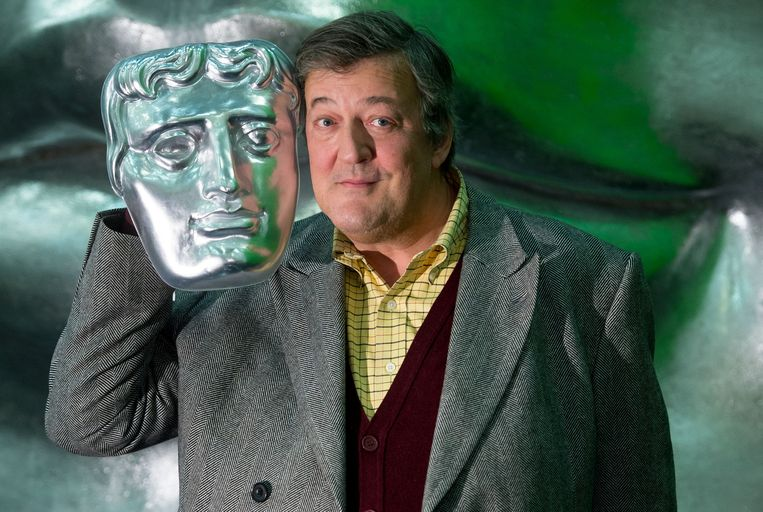 Stephen Fry met een BAFTA masker. Beeld getty