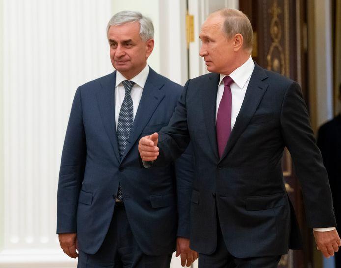 President Raul Khadzhimba (links) van Abchazië, hier naast de Russische president Vladimir Poetin, bleef ongedeerd bij de aanrijding.