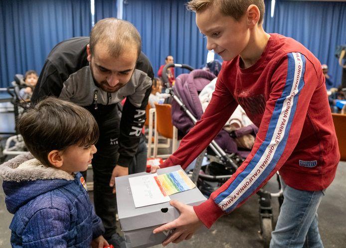 Leerlingen van Kindcentrum Aventurijn uit Middelburg gaven maandagmiddag gevulde schoenendozen aan kinderen uit het Middelburgse azc.