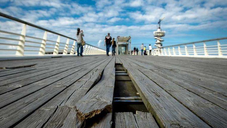 Kapotte planken op het bovendek van de Pier van Scheveningen. Beeld anp