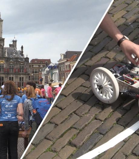 Studenten laten hun 'maanlanders' neerkletteren op de Markt in Delft