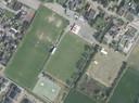 Sportpark De Hoef in Loosbroek. In het midden het hoofdveld van voetbalclub WHV. Op het veld links daarvan wil de organisatie SIL tennisbanen aanleggen. Omwonenden zien de banen liever verschijnen op het terrein rechts naast het hoofdveld.