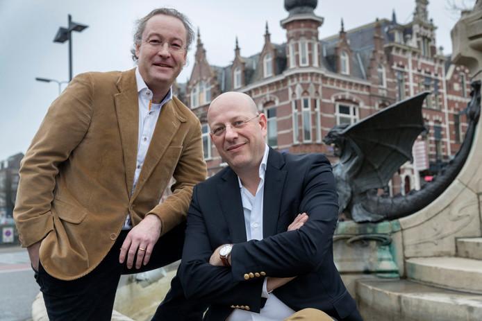 Floris Dix (links) en Maarten van Ingen, de curatoren van vastgoedhandelaar Geoffrey Groenewoud. Op de achtergrond een van de voormalige panden van Groenewoud. Hier is nu Coffeelab gevestigd.