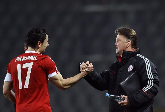 Van Bommel (l) en Van Gaal in betere tijden bij Bayern München. © ANP
