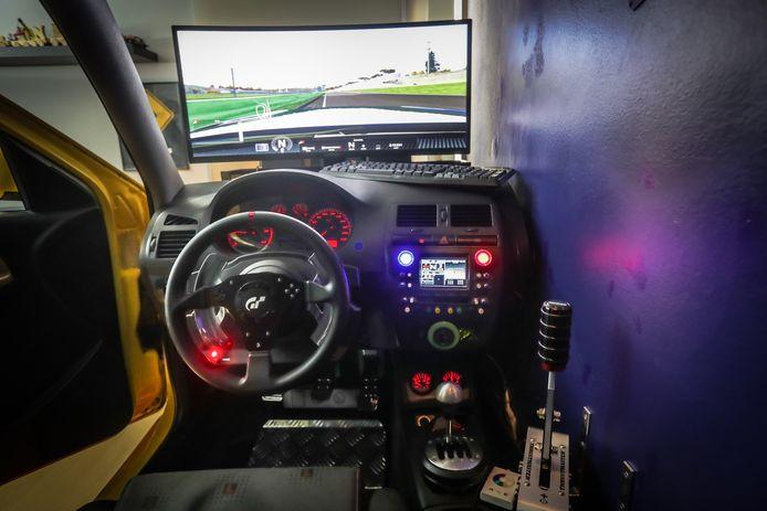 Het stuur, het dasboard en de versnellingspook... alles werkt.