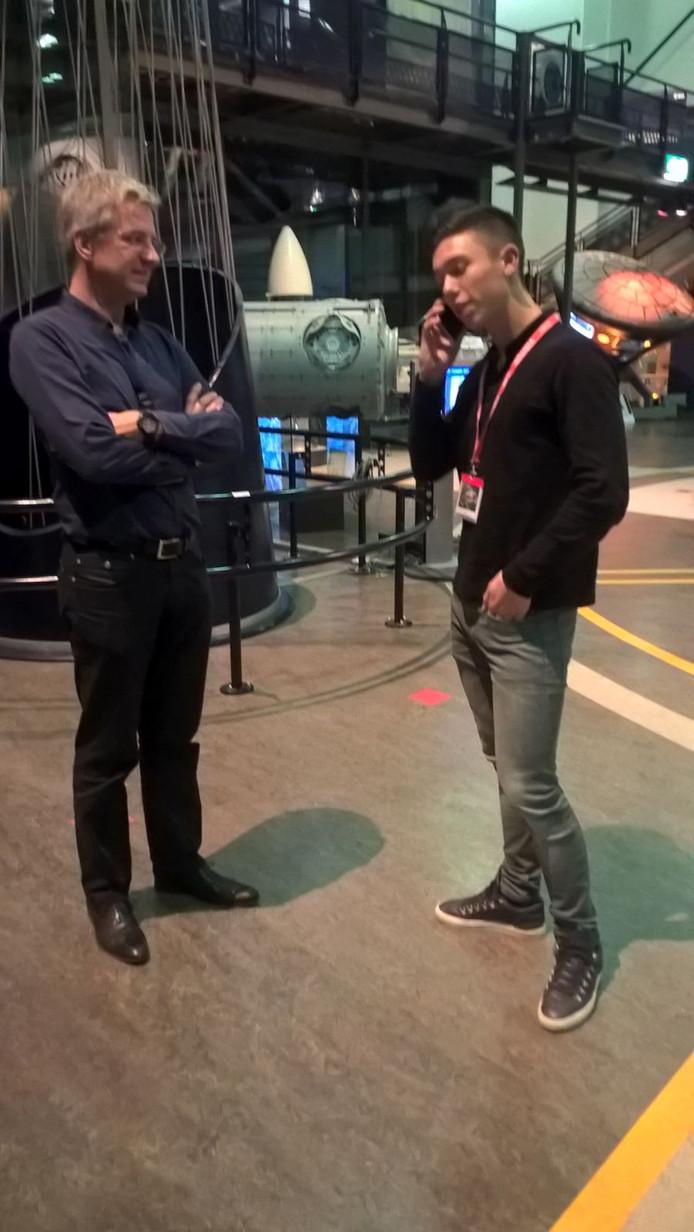 Tijmen (rechts) en links directeur Rob van den Berg van Space Expo.
