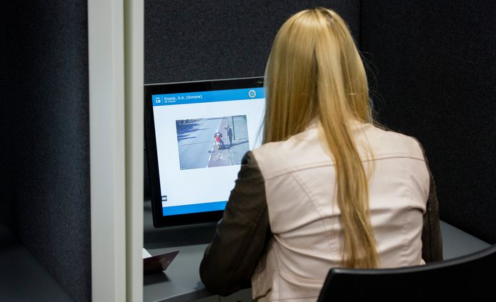 Een rijexamenkandidaat maakt het theorie-examen nieuwe stijl in het CBR examencentrum van Eindhoven.