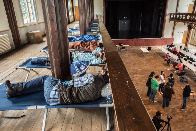 Vluchtelingen worden in Rottenburg am Neckar opgevangen in een hal die normaal gesproken wordt gebruikt voor feesten. Beeld epa