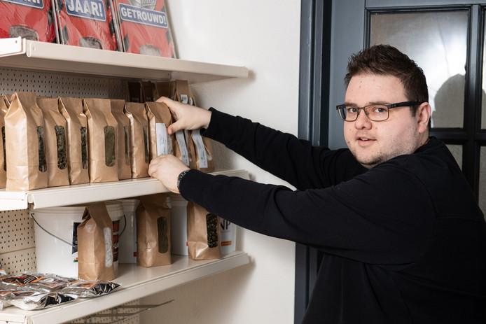 Nick Lambers in zijn winkel aan de Julianastraat. Zijn zaak is te klein geworden en hij verkast dus naar een groter pand.