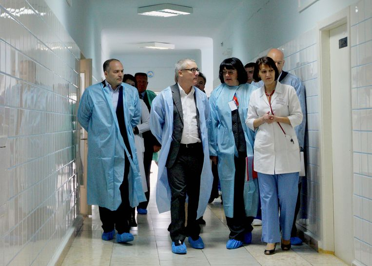 De Britse kunstenaar Damien Hirst (midden) bezoekt samen met Viktor Pinsjoek (links), de opening van een centrum voor neonatologie  in een kinderziekenhuis in Kiev in april 2009. Het geld ervoor kwam van een veiling van een schilderij van  Hirst. Beeld AP