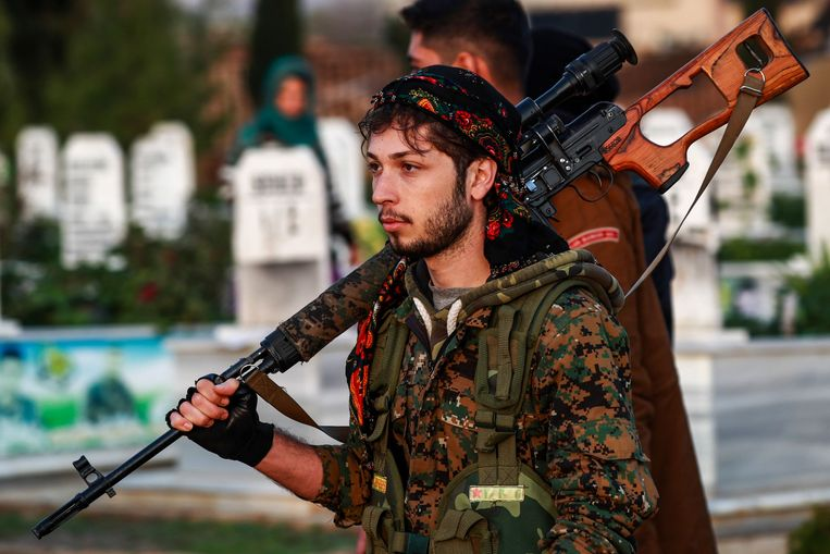 Een Koerdische strijder van de Syrische Democratische Strijdkrachten (SDF).