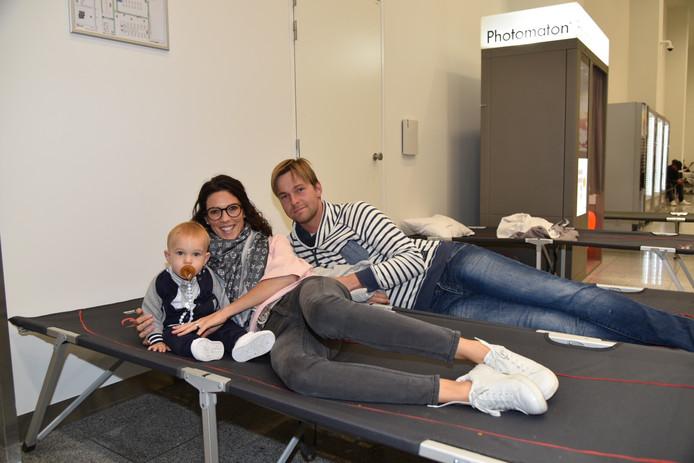 Liesbeth Gelade (33), Pieter Neiss (31) en hun zoontje Gust