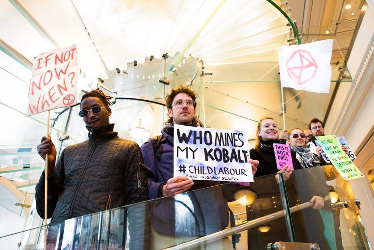 Activisten vragen in de Apple Store onder meer aandacht voor vermeende betrokkenheid van Apple bij kinderarbeid. Beeld Extinction Rebellion NL