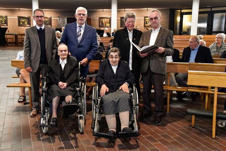 Zusters Bernadette, Ria en Elza samen met auteur Lucien Boone, Etienne Van Hecke en Luc Laureys bij de voorstelling van het boek in de Kouterkerk.