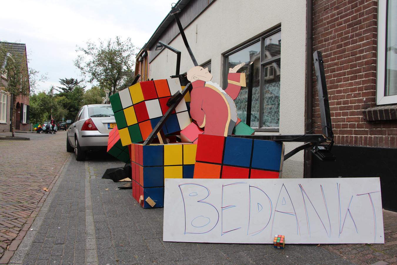 De vernielde straatversiering, met daarvoor een bord met de tekst 'Bedankt'.