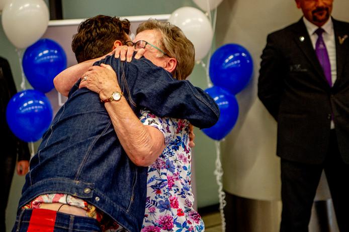 Vijf uur wachten, maar dan heb je ook wat: Duncan omhelst zijn oma Korrie.