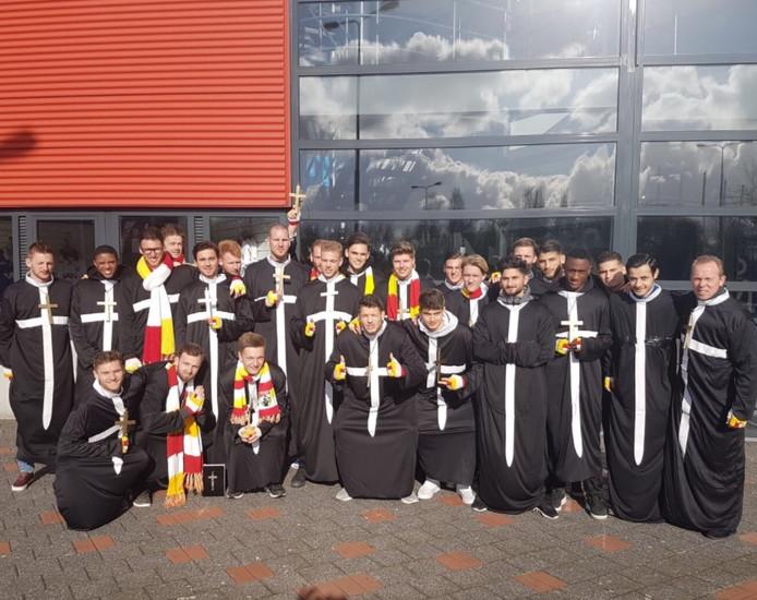 De selectie van FC Den Bosch viert carnaval.