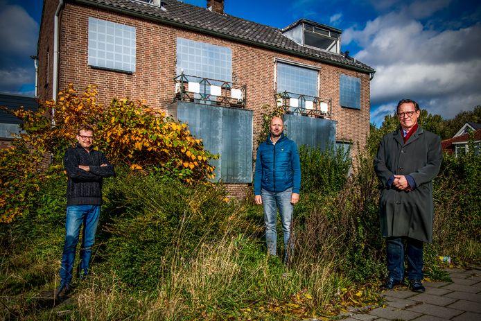 Op de hoek van de Capelseweg en de Bermweg worden nieuwe woningen gebouwd. Bewoners Ike de Rooij, Wim Zanting en Rutger Krans zijn boos over de huidige plannen omdat die niet passen bij de uitstraling van de straat.