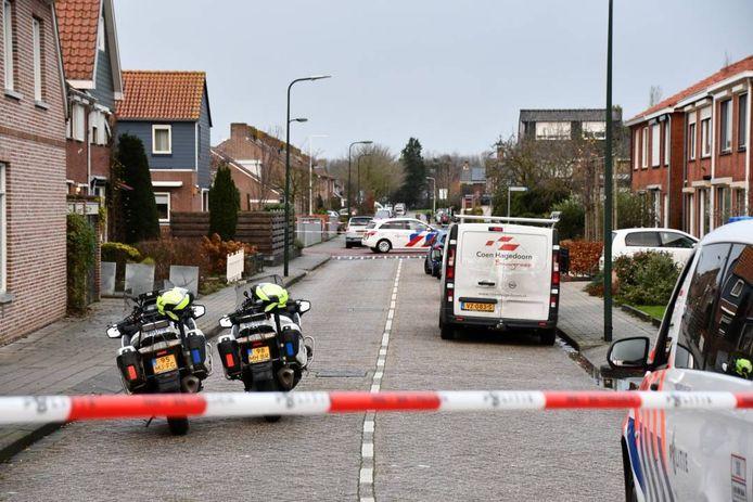 Na de vondst van het lichaam werd de omgeving afgezet, zoals hier de Koningin Julianastraat. De Louisestraat is daarvan een zijstraat.