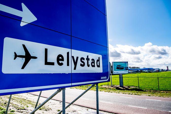 Boven Lelystad Airport deden zich vijf bijna-ongelukken voor sinds daar een maand geleden een eigen luchtverkeersleiding aan het werk ging.