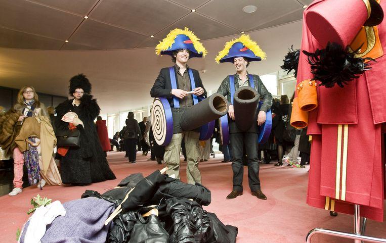 Nederlandse Kleding.Nederlandse Opera Verkoopt Overbodige Kleding Het Parool