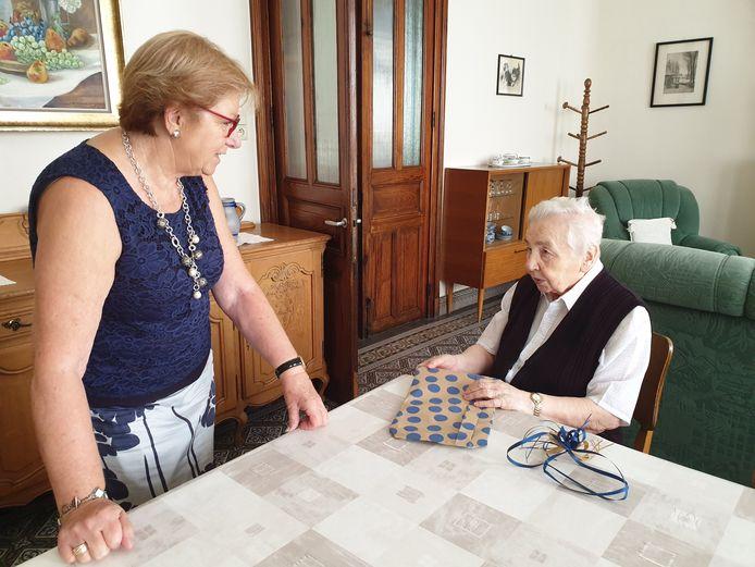 Monique Van Londersele overhandigt de bundel met 1.100 verjaardagswensen aan zuster Marie-Martine uit Ninove.