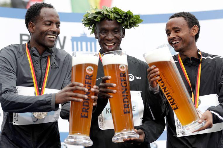 De Keniaan Eliud Kipchoge (midden) won zondag in Berlijn, Guye Adola en Mosinet Geremew uit Ethiopië wonnen respectievelijk zilver en brons. Beeld AP