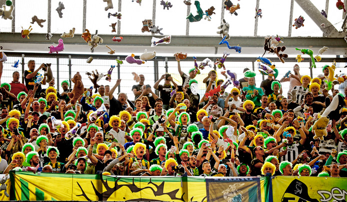 ADO-fans gooien knuffels in De Kuip.