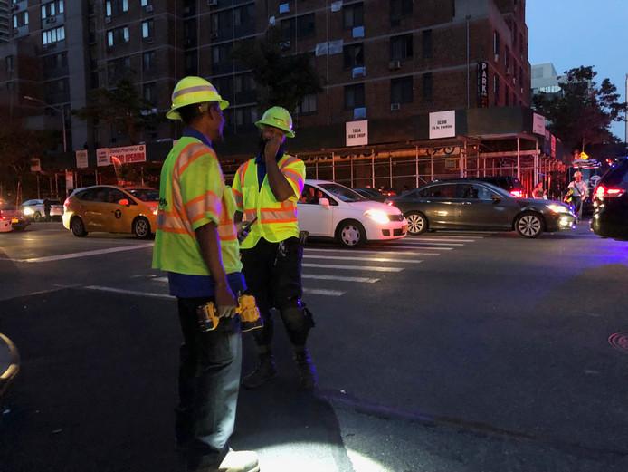 Werknemers van elektriciteitsbedrijf Con Edison in New York tijdens de stroomstoring.