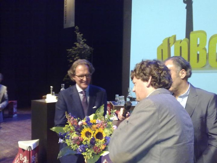 Burgemeester Ton Rombouts wordt gefeliciteerd door BD-hoofdredacteur Ton Rooms.. foto Paul Roovers/BD