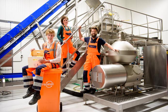 SON - De oprichters van PeelPioneers bij de verwerkingslijn in Son. Sytze van Stempvoort, Lindy Hensen en Bas van Wieringen (vlnr).