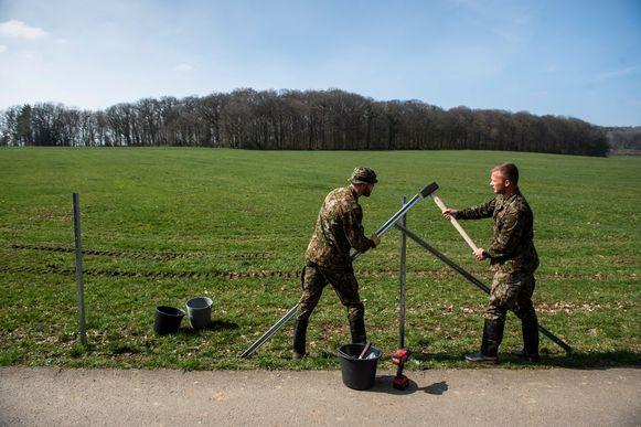 'Werkendag' voor de Luxemburgse militairen. Een kogelvrij vest is voor dit soort opdrachten niet nodig, een zonnehoedje komt wél van pas.